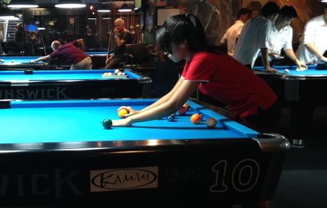hustlers-pool-hall-bangkok-thailand-rack-girl